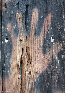Main peinte au pochoir sur une porte